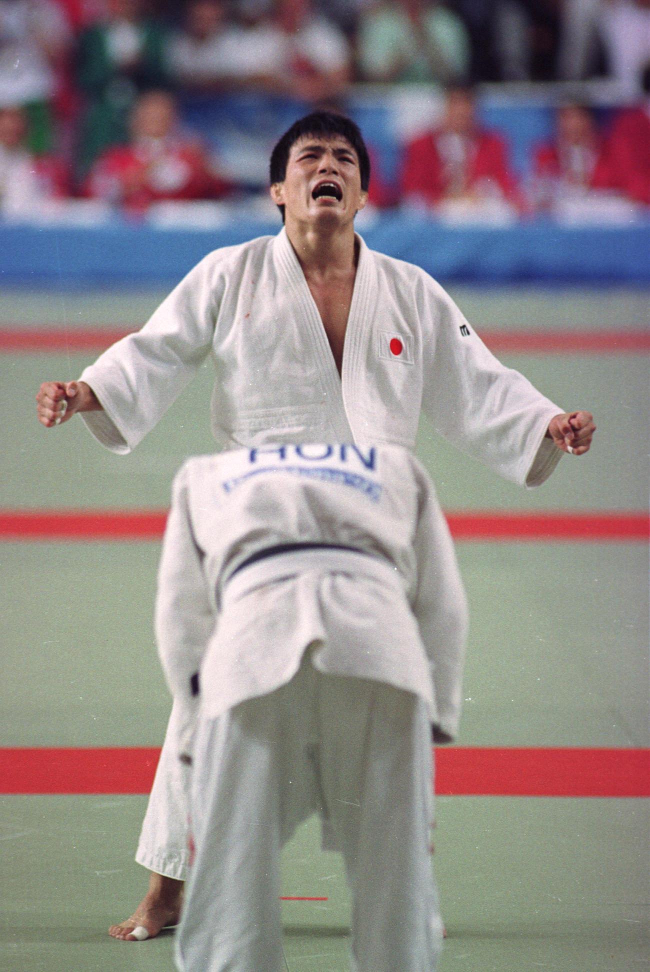 92年7月、バルセロナ五輪の柔道男子71キロ級で金メダルを獲得し感極まる古賀稔彦さん