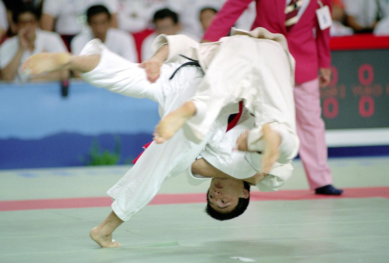 92年7月、バルセロナ五輪柔道男子71キロ級4回戦、プラハに一本背負いを決める古賀稔彦さん(下)