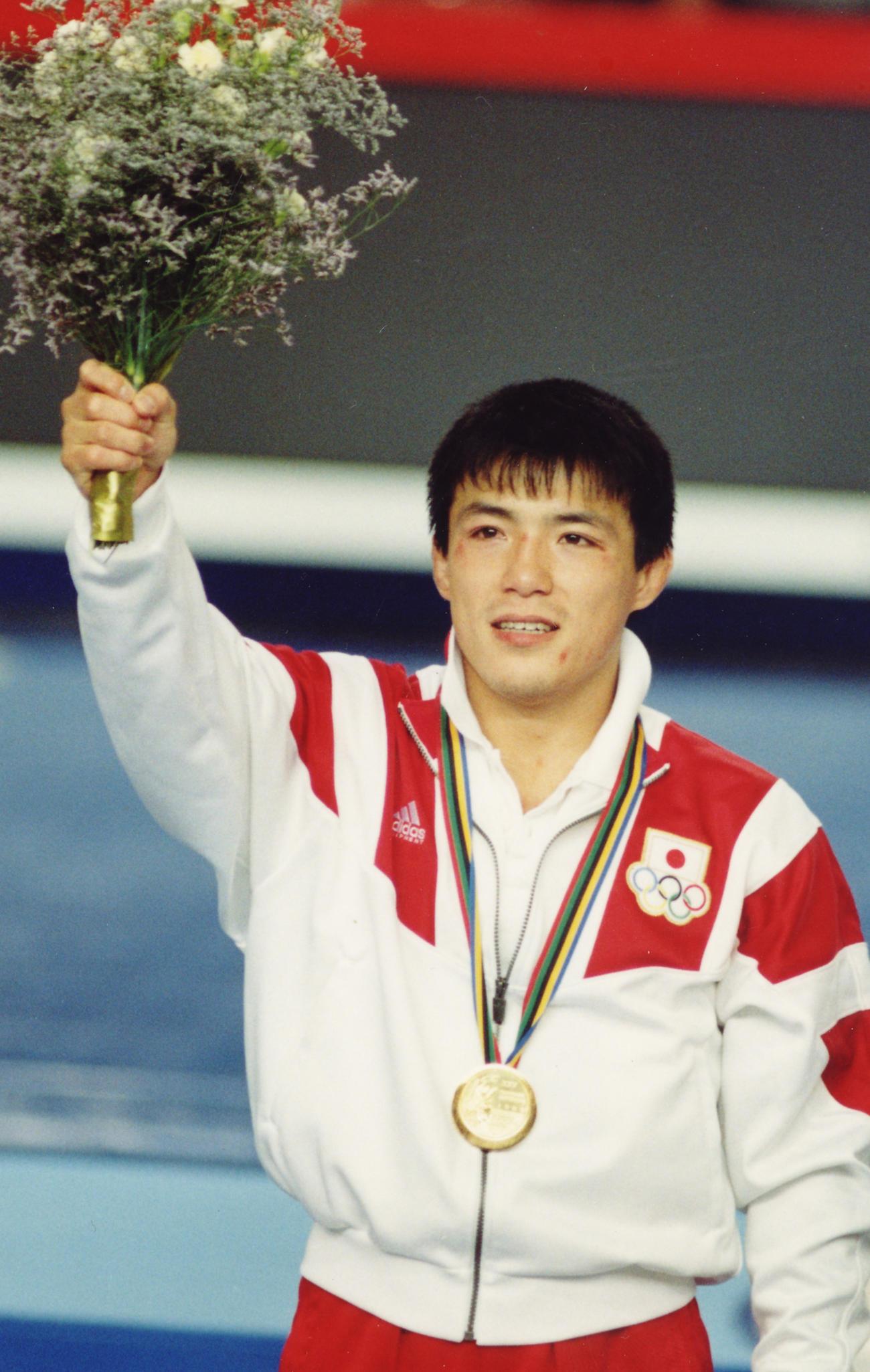 92年7月、バルセロナ五輪 柔道・男子71キロ級表彰式 金メダルを獲得し声援に応える古賀稔彦さん