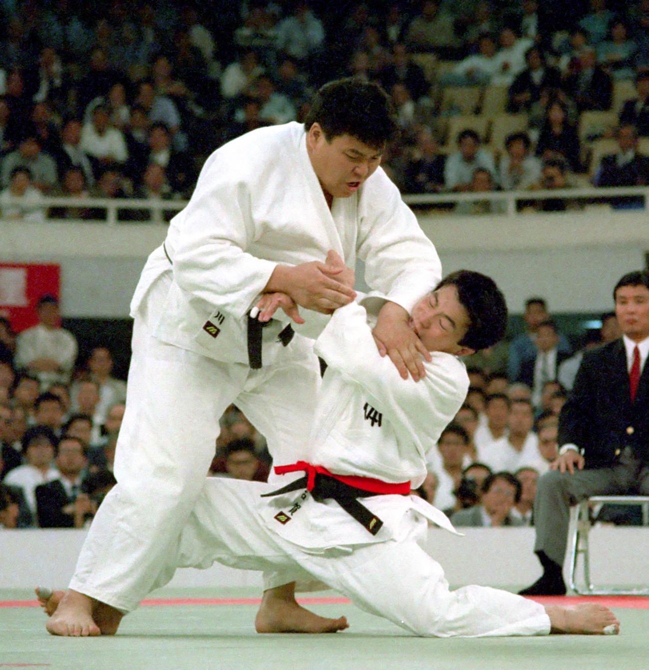 90年4月、全日本選手権決勝で小川直也(左)と対戦した古賀稔彦さん。小川は193センチ、130キロ、古賀さんは169センチ、76キロで2人の体重差は54キロだった