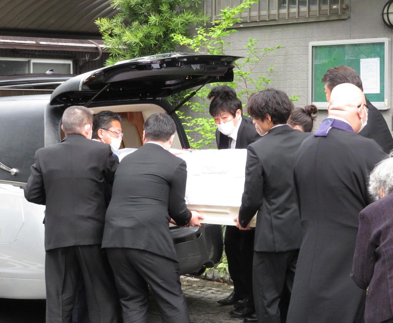 古賀稔彦さんの遺体を霊きゅう車に納める古賀さんの子供や吉田秀彦氏ら(撮影・峯岸佑樹)