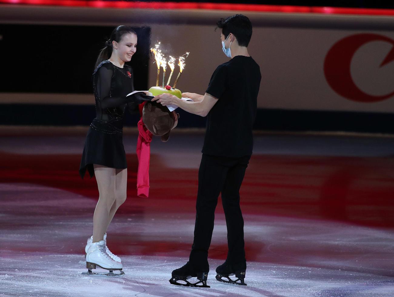 エキシビションでネーサン・チェン(右)からバースデーケーキを贈られるアンナ・シェルバコワ(撮影・PNP)