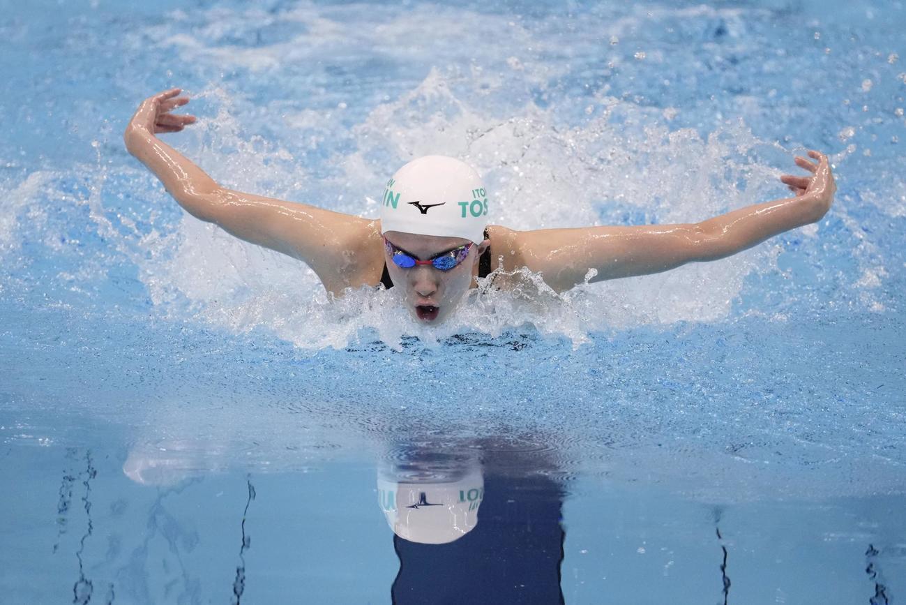 女子400メートル個人メドレー決勝、バタフライで力泳する大橋(代表撮影)