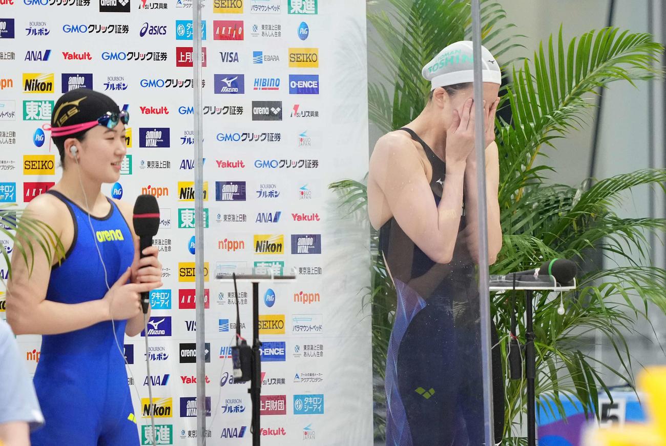 女子400メートル個人メドレーで東京五輪代表内定を決めた大橋(右)は涙を拭う(撮影・鈴木みどり)