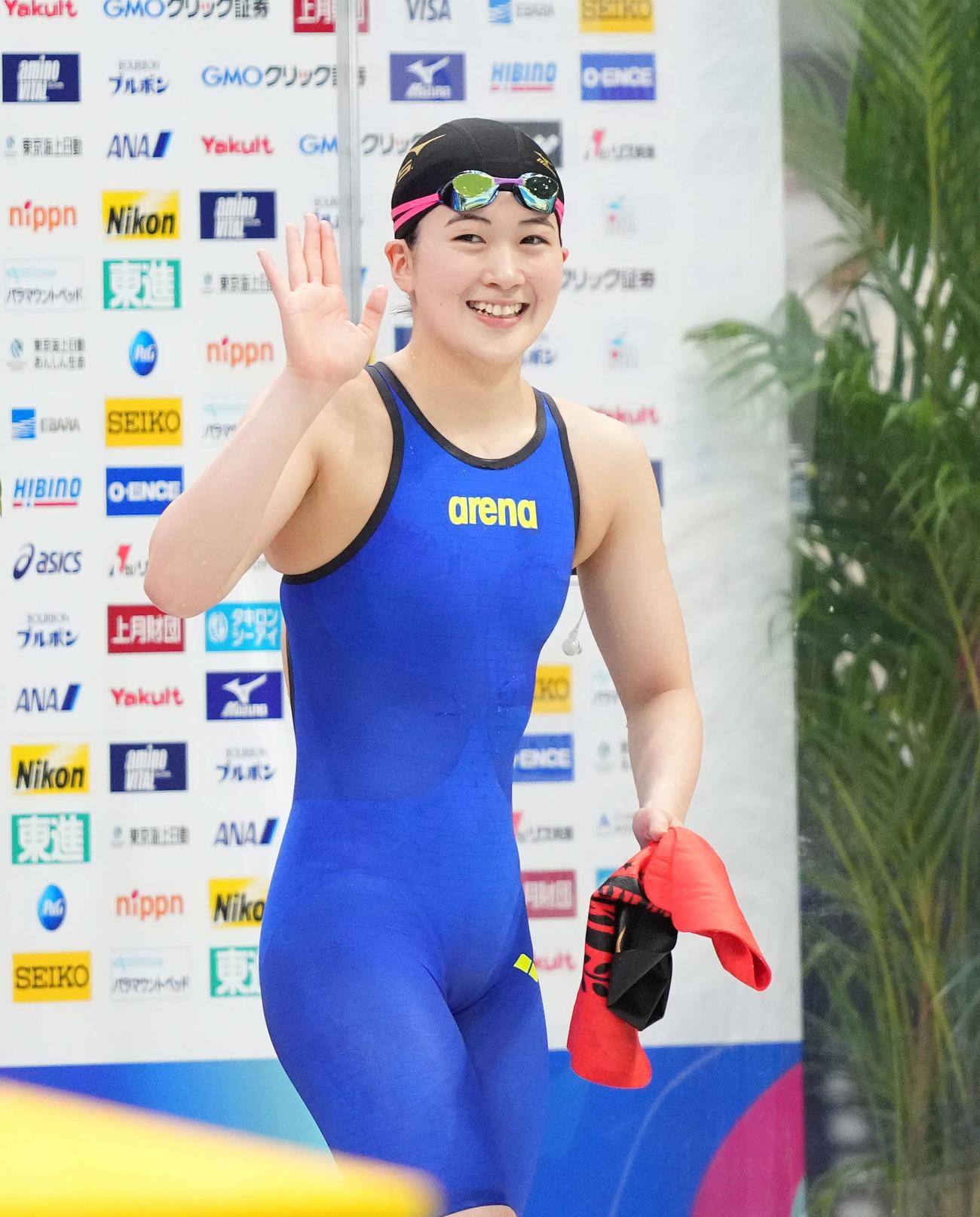 女子400メートル個人メドレーで東京五輪代表内定を決めた谷川は笑顔で手を振る(撮影・鈴木みどり)