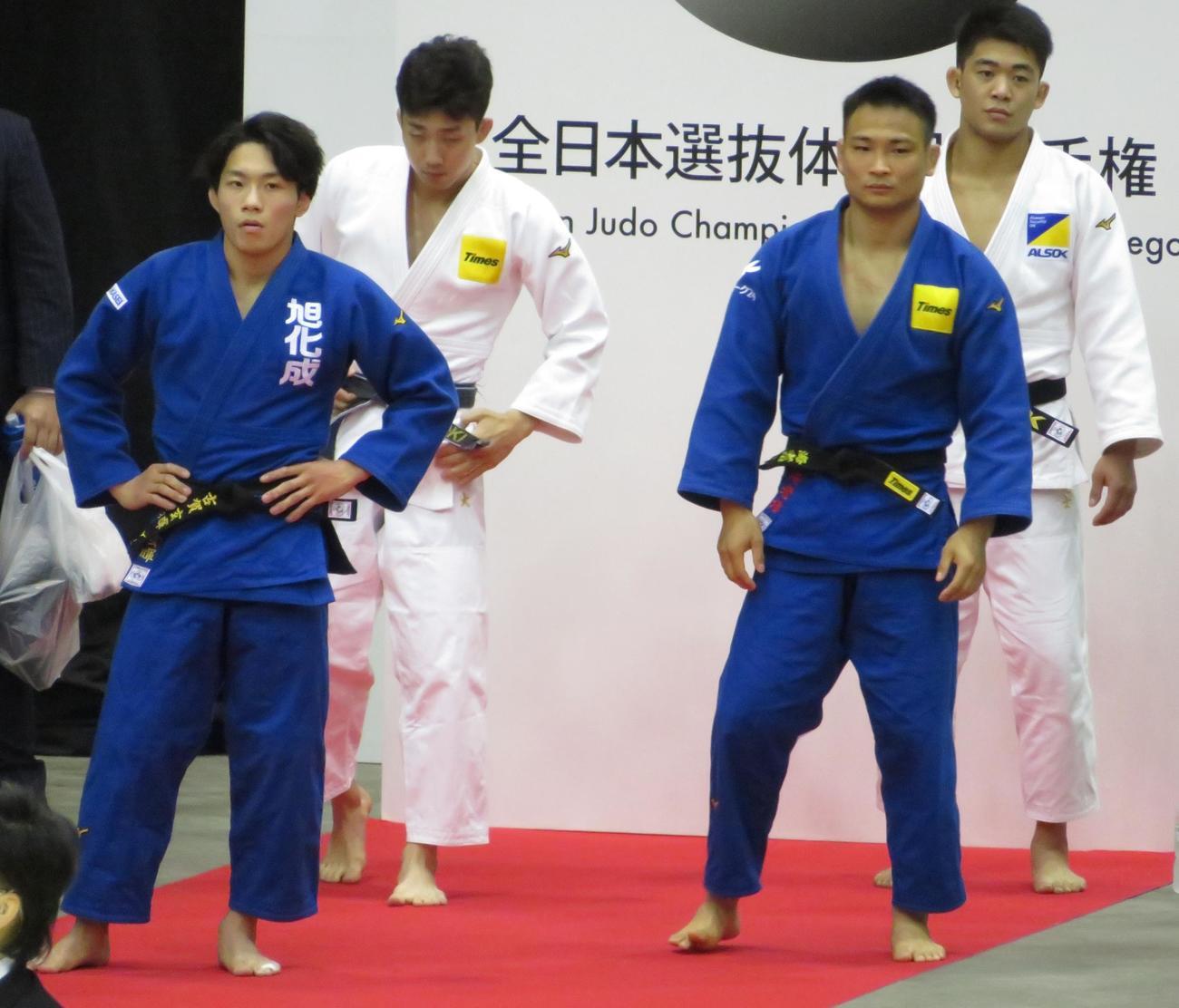 準決勝前に待機する古賀玄暉(左)(撮影・峯岸佑樹)