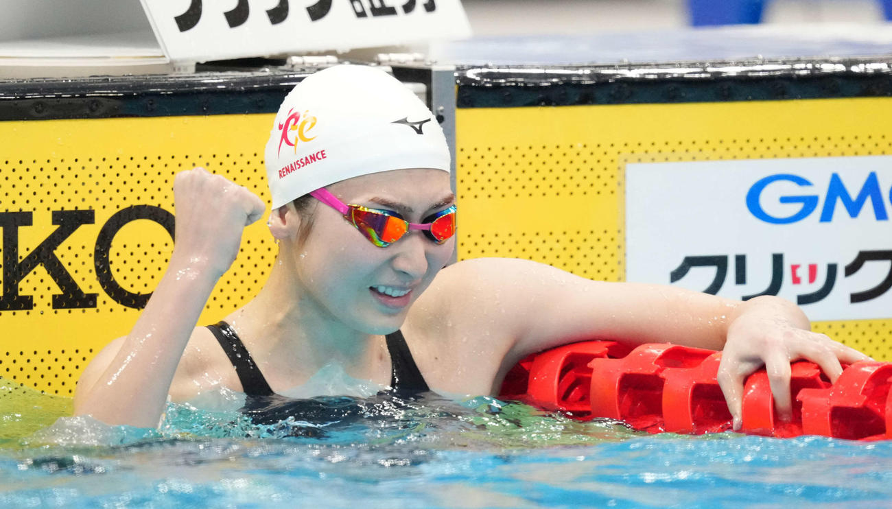 女子100メートルバタフライで優勝しガッツポーズする池江(撮影・鈴木みどり)