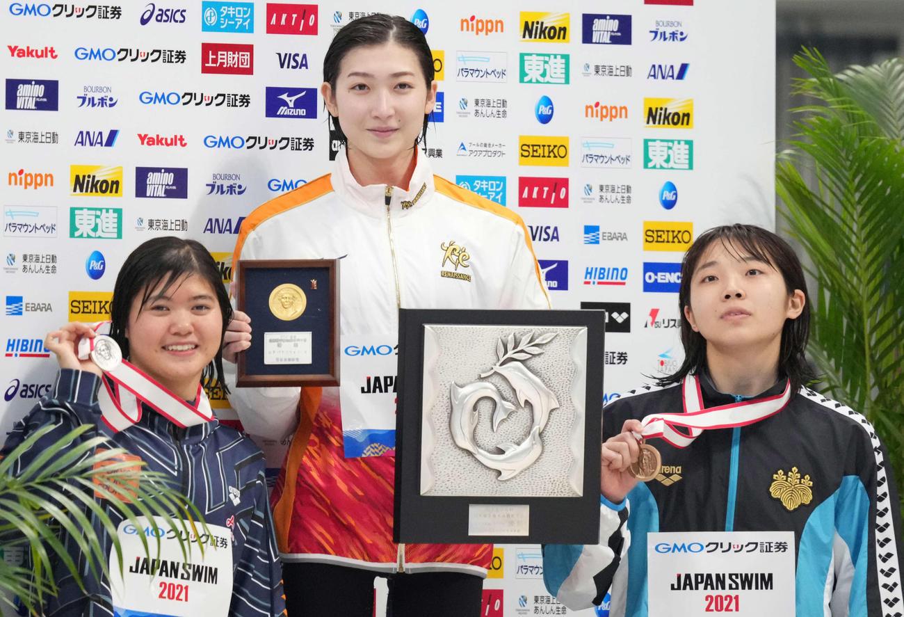 女子100メートルバタフライで優勝し笑顔の池江(中央)。左は2位の長谷川、右は3位の飯塚(撮影・鈴木みどり)
