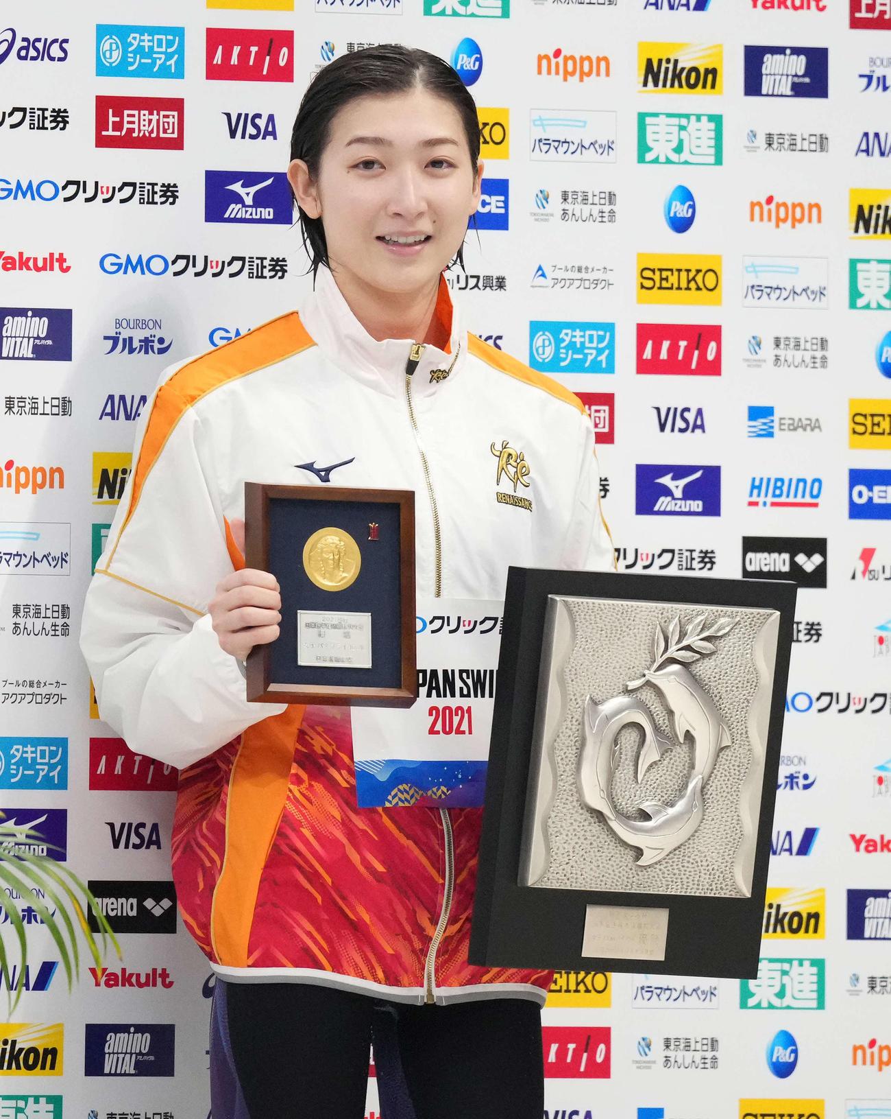 女子100メートルバタフライで優勝し笑顔の池江(撮影・鈴木みどり)