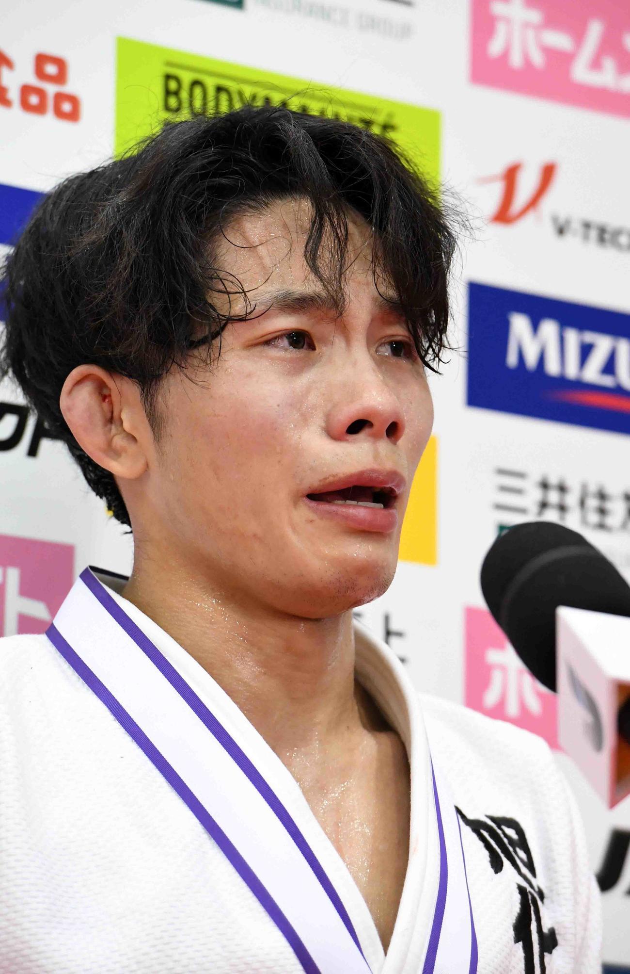 男子60キロ級優勝インタビューで、急逝した父稔彦を思い涙を見せる古賀玄暉(代表撮影)