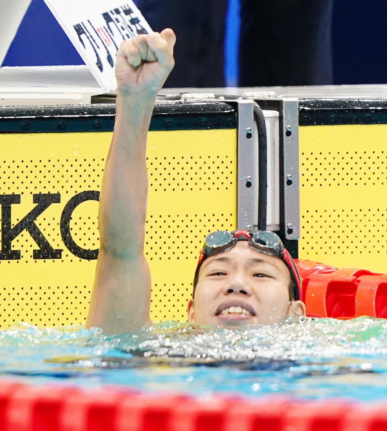女子100メートル背泳ぎで優勝し、ガッツポーズを見せる小西(撮影・菅敏)
