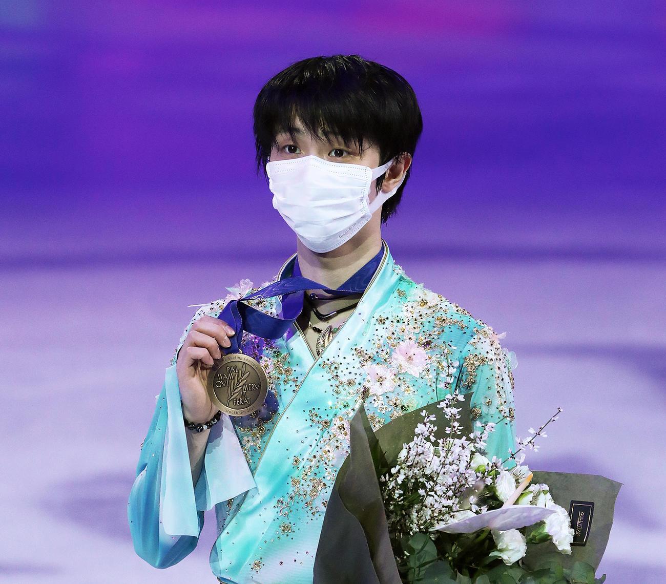 世界選手権で3位となりメダルを掲げる羽生結弦(撮影・PNP=2021年3月27日)