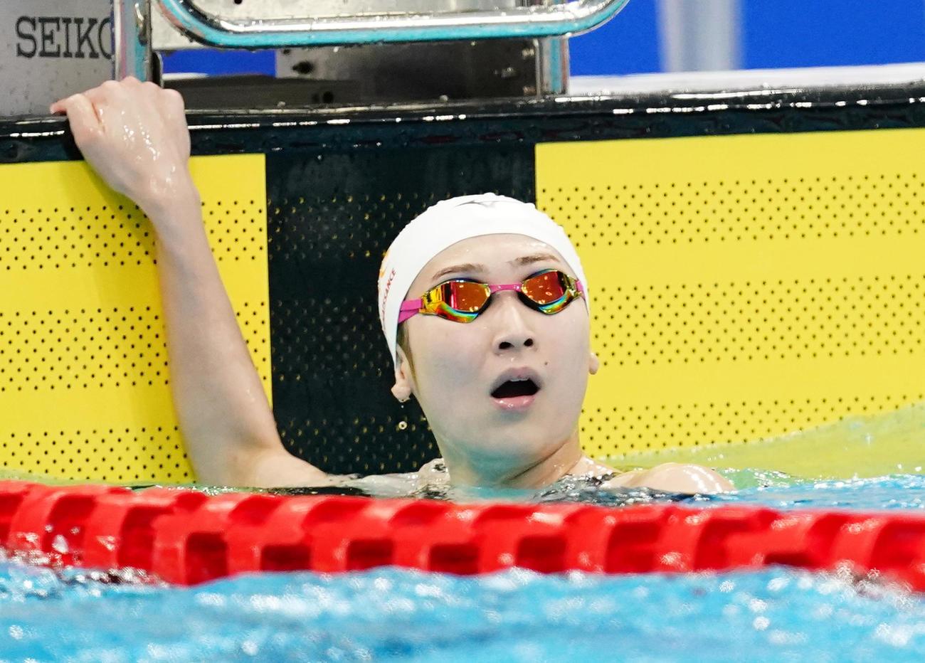 女子100メートル自由形予選 レースを終え、タイムを確認する池江(撮影・菅敏)