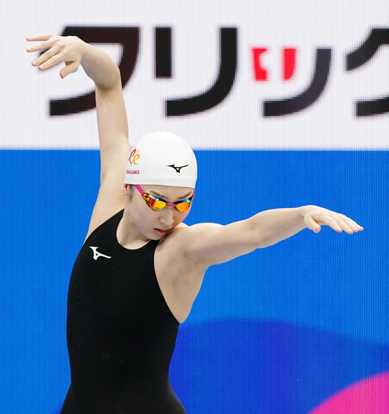 女子100メートル自由形予選 レース前、体を動かす池江(撮影・菅敏)