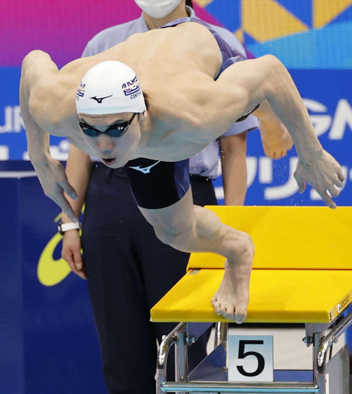 男子100メートル自由形決勝で勢いよく飛び込む2位の松元(代表撮影)