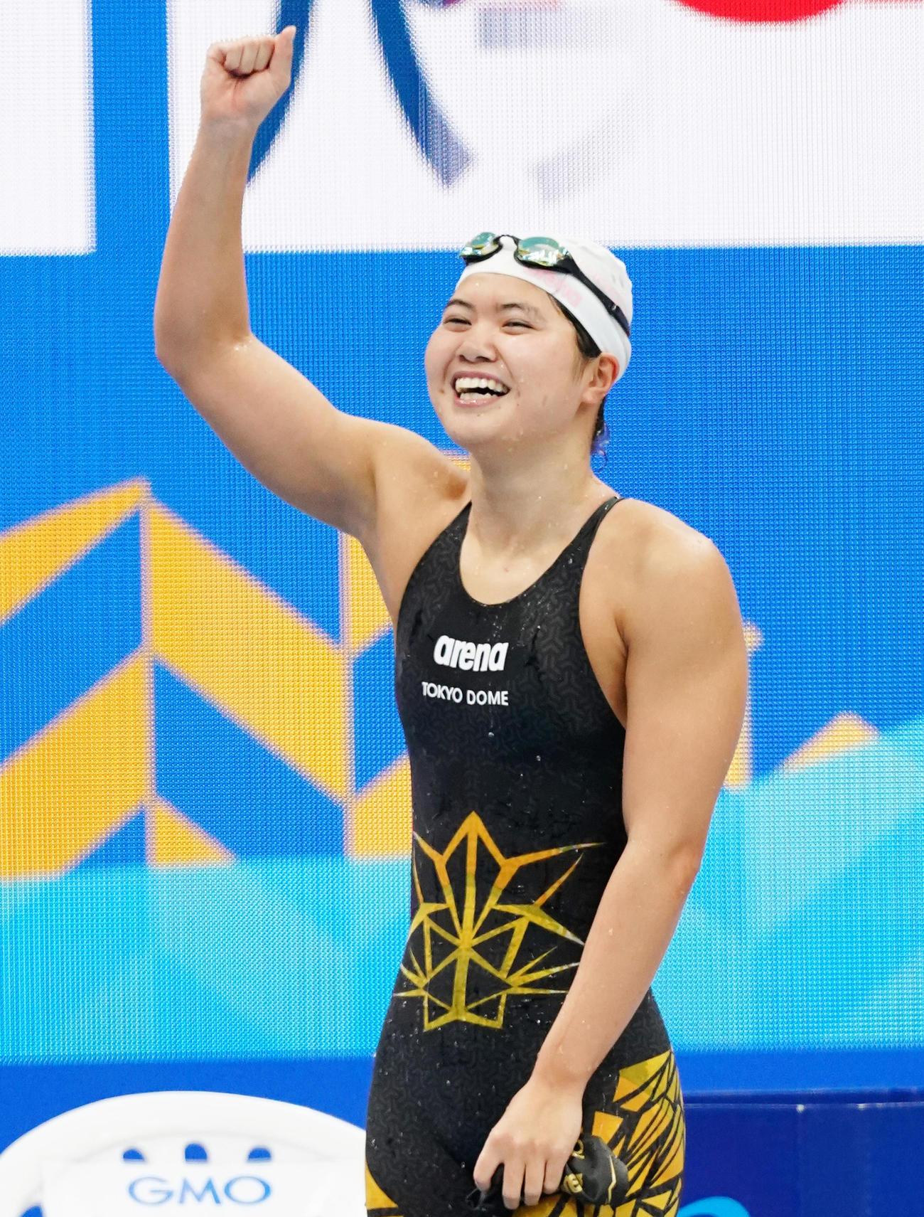 女子200メートルバラフライで優勝し、ガッツポーズを見せる長谷川(撮影・菅敏)