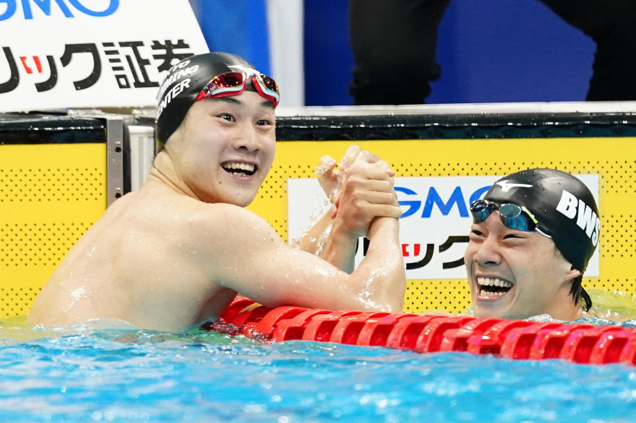男子200メートル平泳ぎ決勝 日本新記録で優勝し、武良(右)と喜ぶ佐藤(撮影・菅敏)