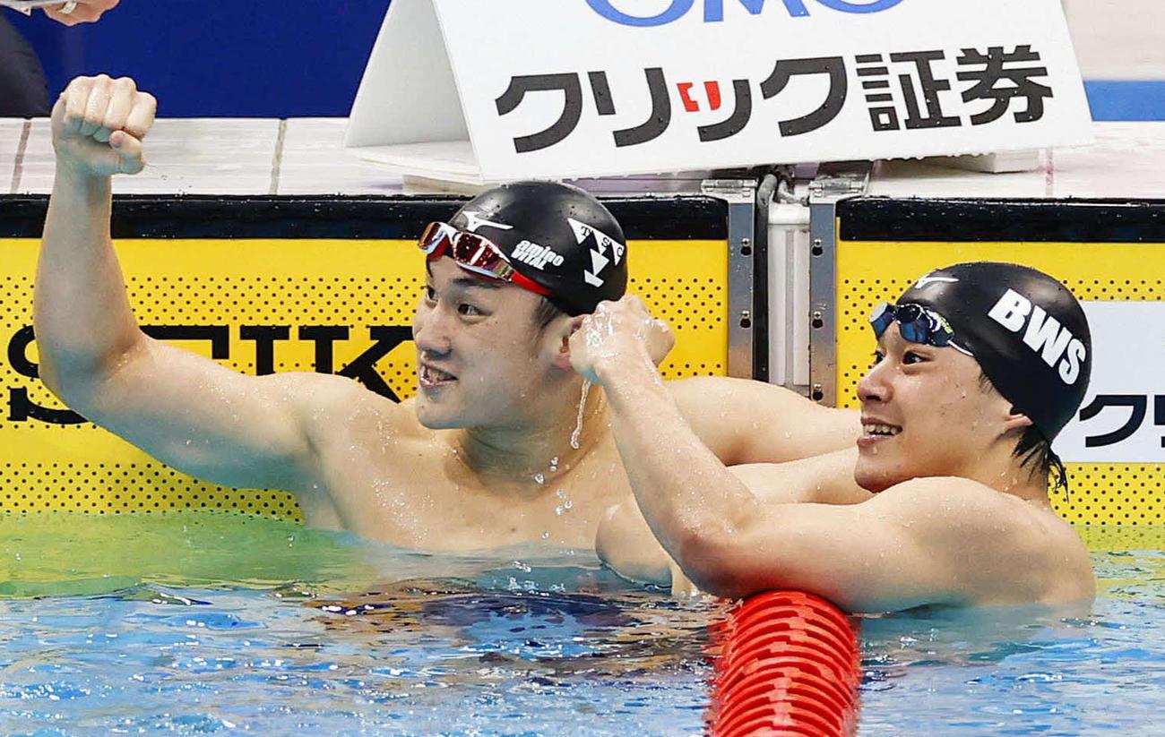男子200メートル平泳ぎで共に東京五輪代表内定を決め喜ぶ、優勝の佐藤(左)と2位武良(代表撮影)
