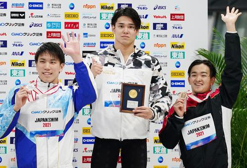 男子100メートル自由形で優勝し2位の松元(左)、3位の関(右)と記念写真に納まる中村(撮影・菅敏)