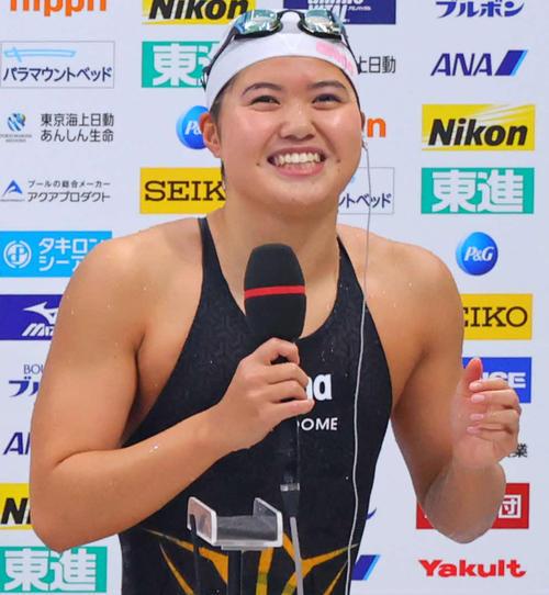 女子200メートルバタフライで東京五輪代表内定を決め、笑顔でインタビューを受ける優勝の長谷川(代表撮影)