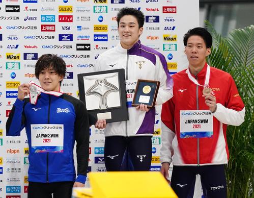 男子200メートル平泳ぎ決勝 日本新記録で優勝し、2位の武良(左)と3位の渡辺(右)と記念写真に納まる佐藤(撮影・菅敏)