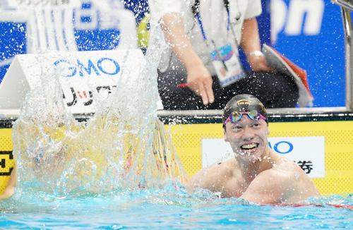 男子800メートル自由形決勝 男子800メートル自由形決勝 日本新記録で優勝し笑顔を見せる黒川(撮影・菅敏)