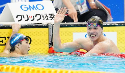 男子800メートル自由形決勝 日本新記録で笑顔を見せる黒川。右は2位の竹田(撮影・菅敏)
