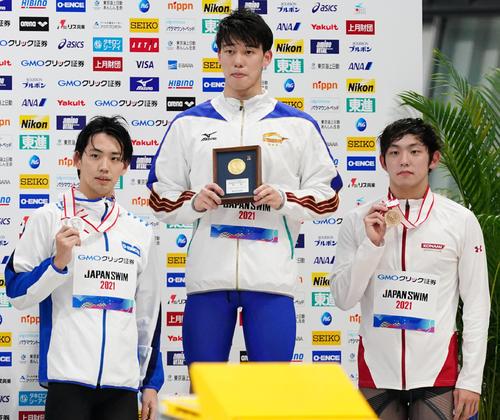 男子800メートル自由形決勝 日本新記録で優勝し2位の竹田(左)、3位の中島(右)と記念写真に納まる黒川(撮影・菅敏)