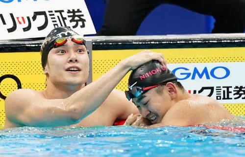 男子100メートル自由形で優勝し3位の関海哉(右)と喜ぶ中村克(撮影・菅敏)