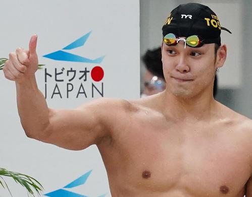 男子100メートル自由形で優勝しサムアップポーズをとる中村(撮影・菅敏)