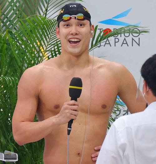 男子100メートル自由形で東京五輪代表内定を決めた優勝の中村は笑顔でインタビューを受ける(代表撮影)