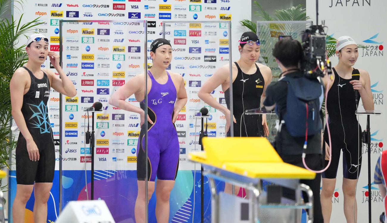 女子100メートル自由形決勝後、インタビューに答える優勝の池江(右)。左から4位の大本、3位の五十嵐、2位の酒井(撮影・鈴木みどり)