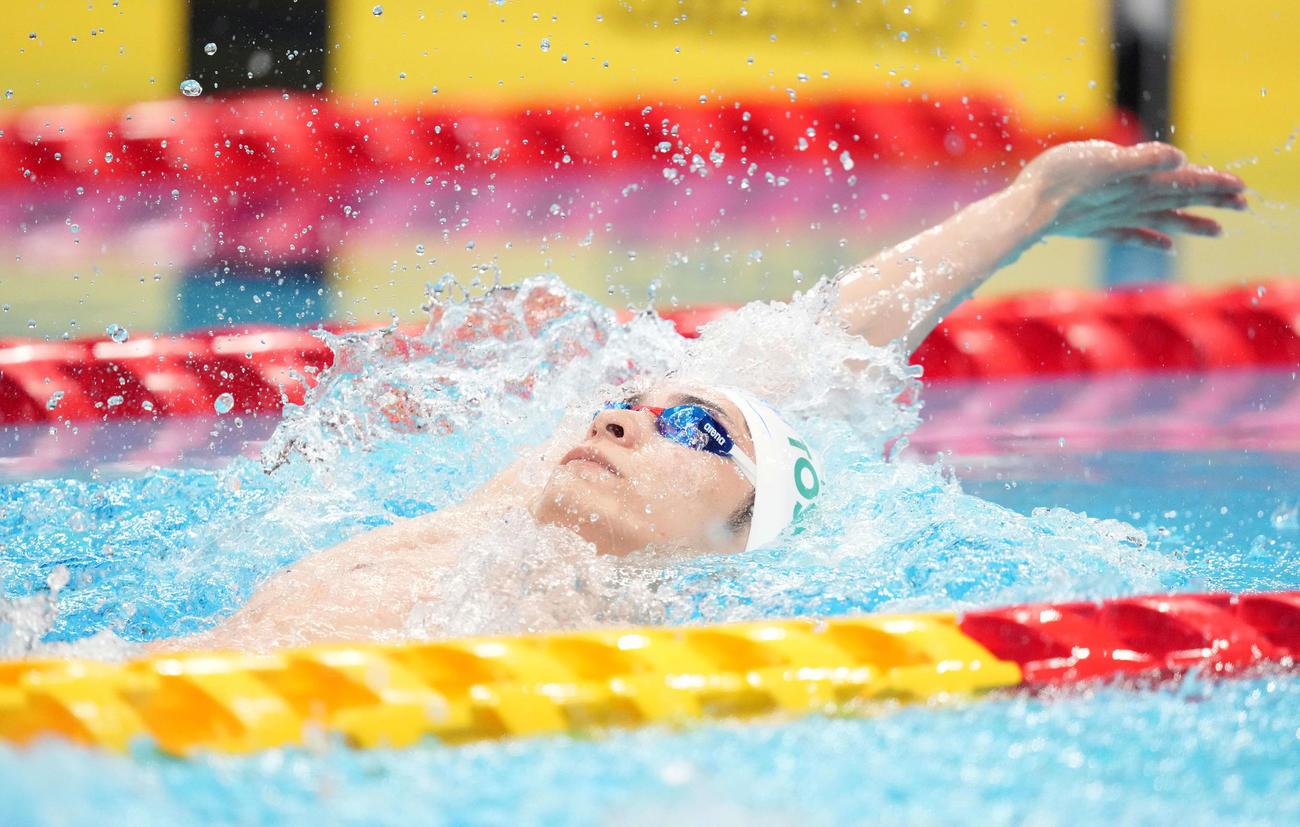 男子200メートル背泳ぎ決勝で力泳する優勝の入江(撮影・鈴木みどり)