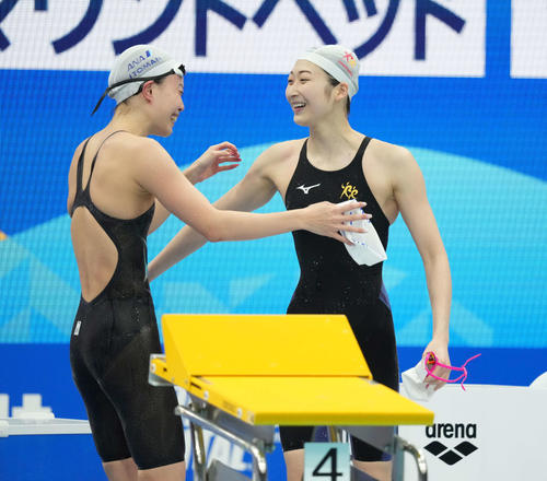 女子100メートル自由形で優勝した池江(右)は4位の大本と抱き合って喜ぶ(撮影・鈴木みどり)