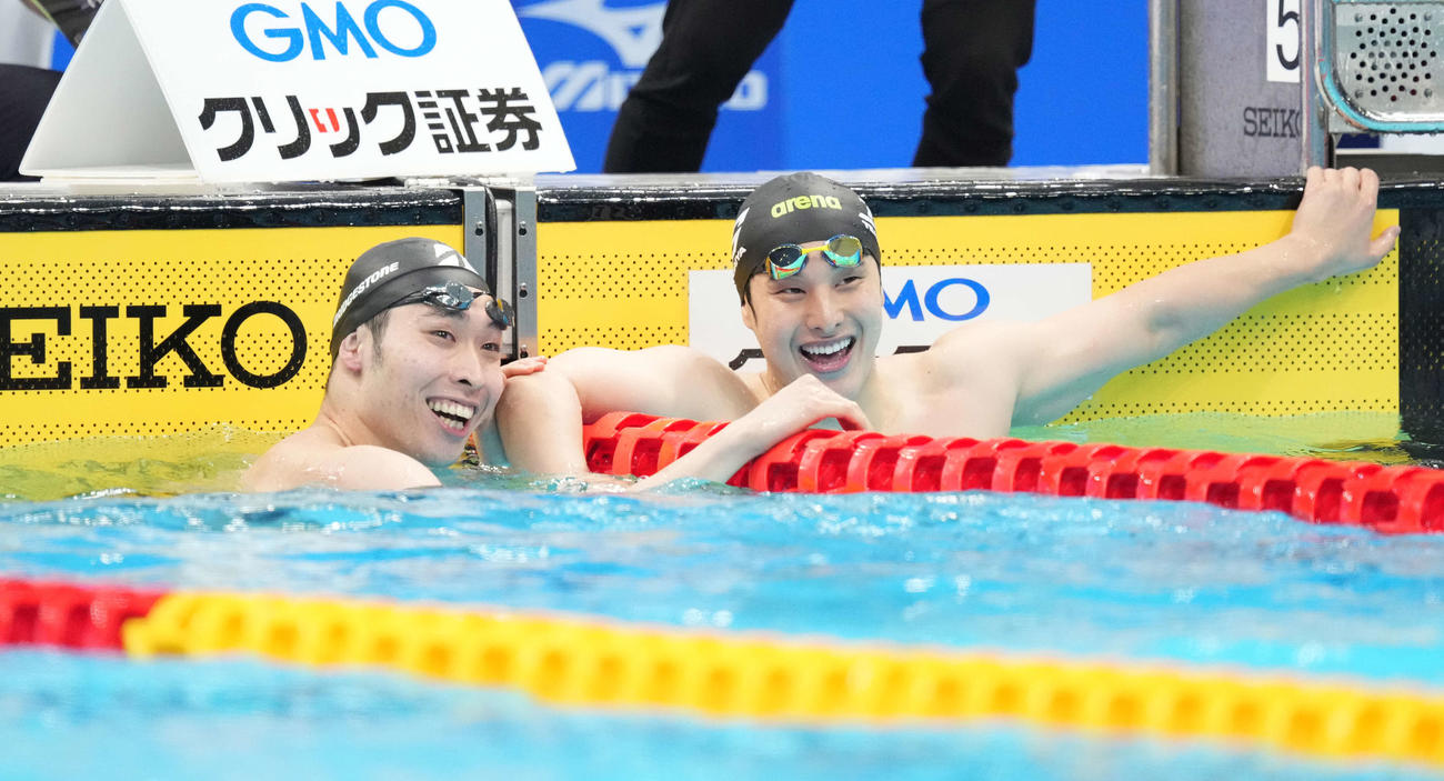 男子200メートル個人メドレーで東京五輪代表内定を決めた2位萩野(左)は優勝の瀬戸と喜び合う(撮影・鈴木みどり)