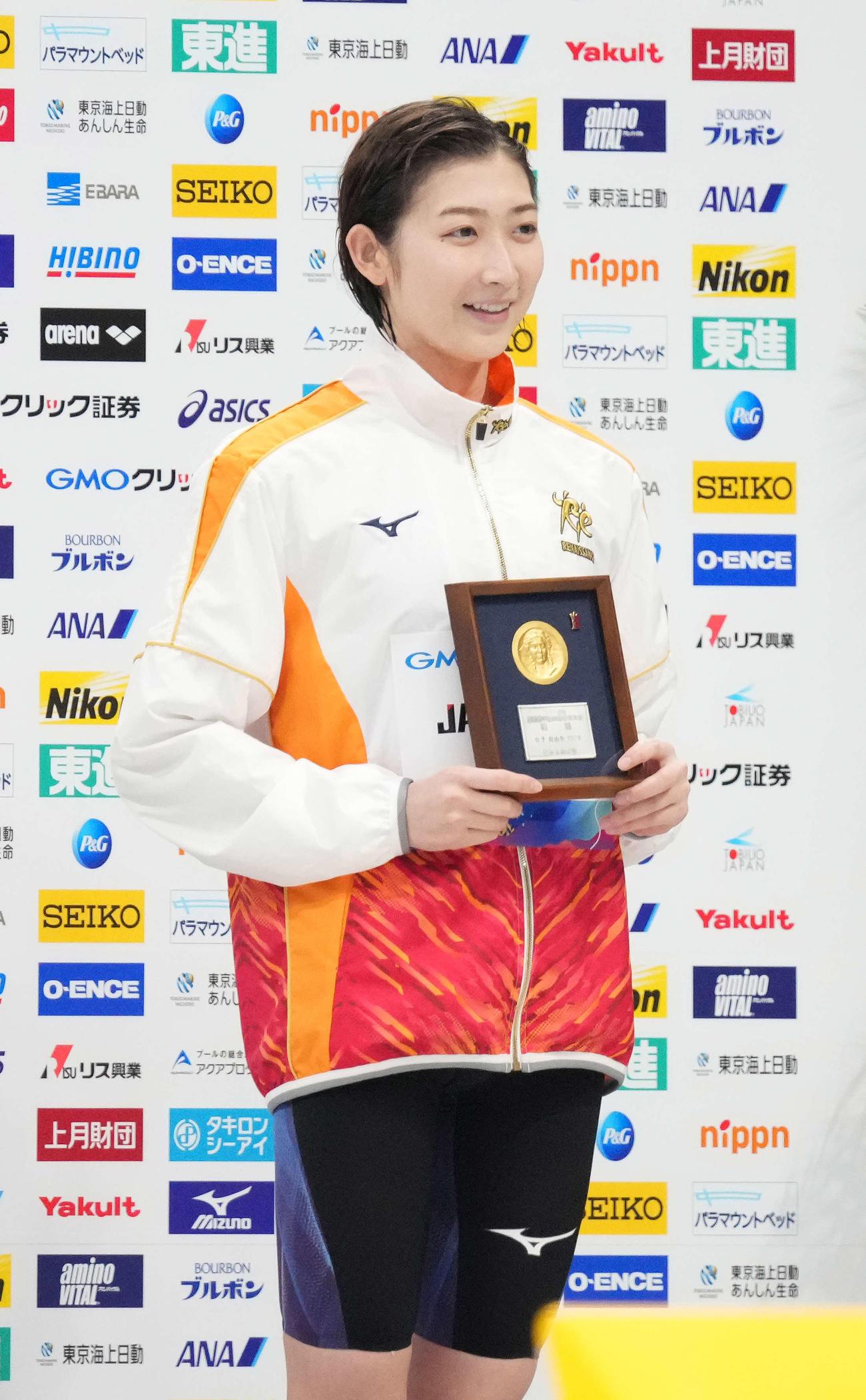 女子100メートル自由形の表彰台で笑顔を見せる優勝の池江(撮影・鈴木みどり)