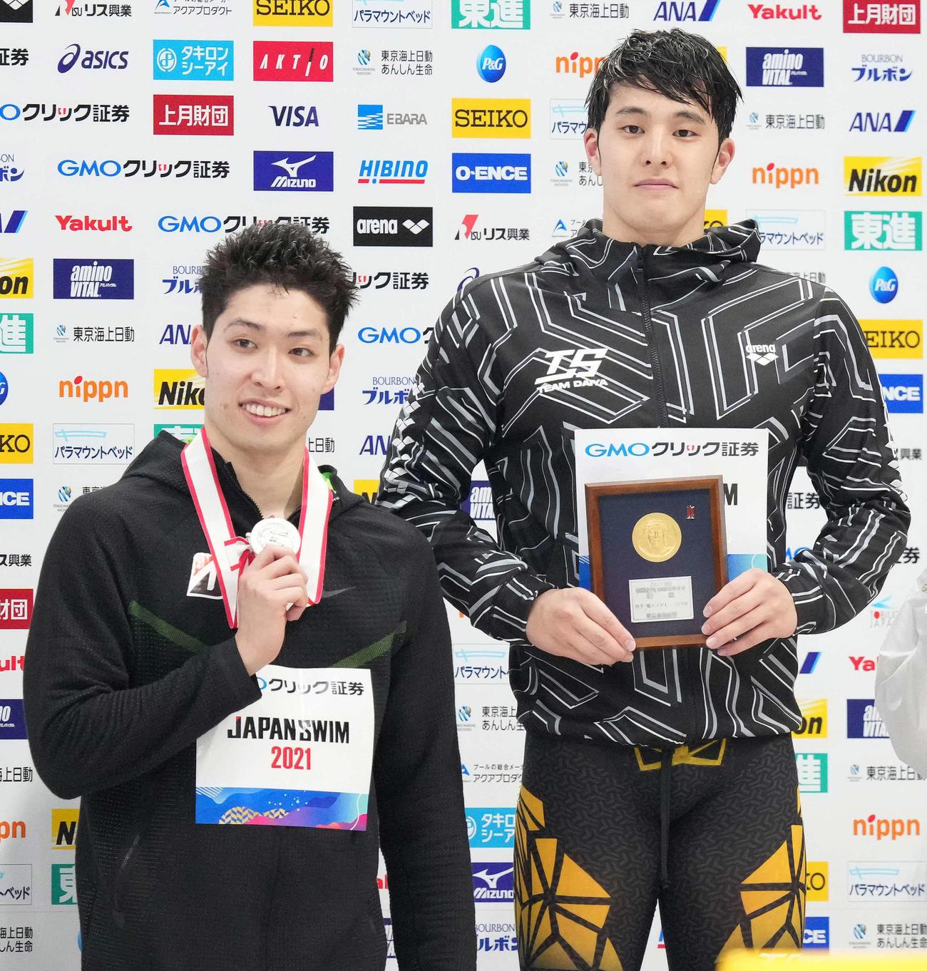 男子200メートル個人メドレーの表彰で笑顔の優勝した瀬戸(右)と2位の萩野(撮影・鈴木みどり)
