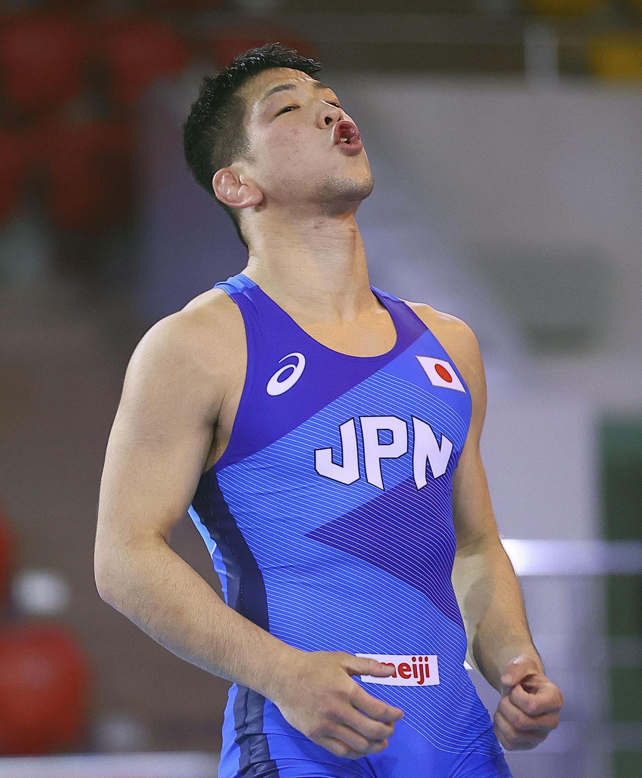 男子グレコローマン77キロ級準決勝で勝利し、五輪代表に決まった屋比久翔平(保高幸子氏撮影・共同)