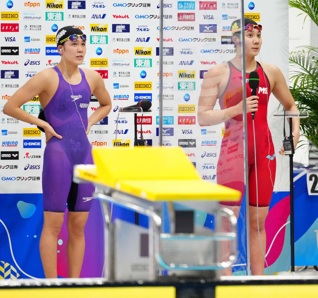東京五輪に内定しインタビューに応じる女子800メートル自由形優勝の難波(右)と2位の小堀(撮影・江口和貴)