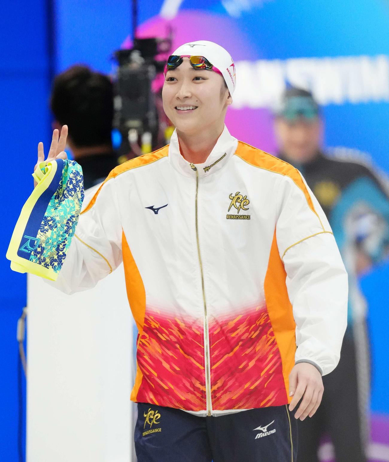 女子50メートル自由形準決勝前、笑顔を見せる池江(撮影・江口和貴)