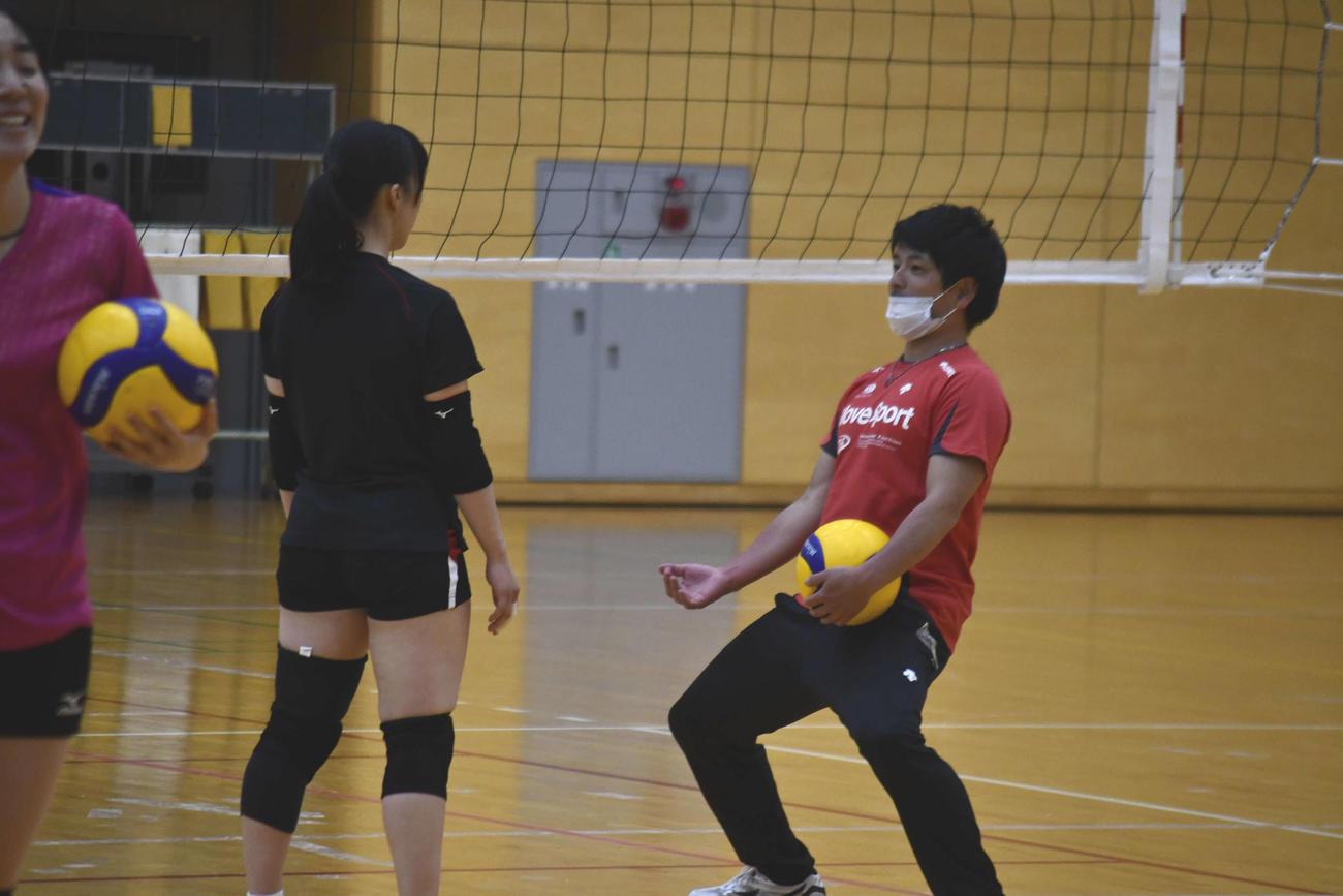 身ぶり手ぶりを交えて選手たちに指導した古賀幸一郎さん(右)(撮影・平山連)