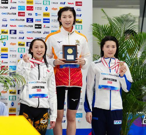 女子50メートルバタフライで優勝した池江(中央)(撮影・江口和貴)