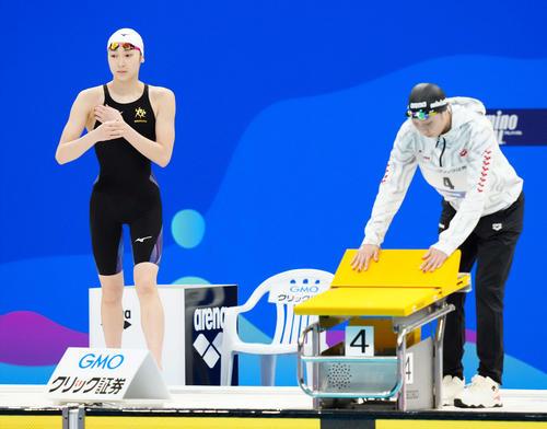女子50メートルバタフライ決勝に臨む池江(左)(撮影・江口和貴)