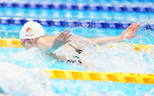 女子50メートルバタフライ決勝、力泳する池江(撮影・江口和貴)