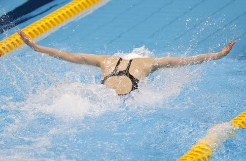 女子50メートルバタフライ決勝 力泳する池江(代表撮影)