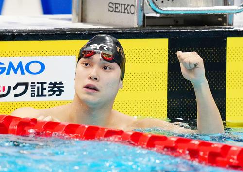 男子50メートル自由形決勝、優勝しガッツポーズする中村(撮影・江口和貴)