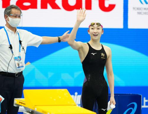 女子50メートル自由形決勝で優勝しスタンドに向かって手を上げる池江(右)(撮影・江口和貴)