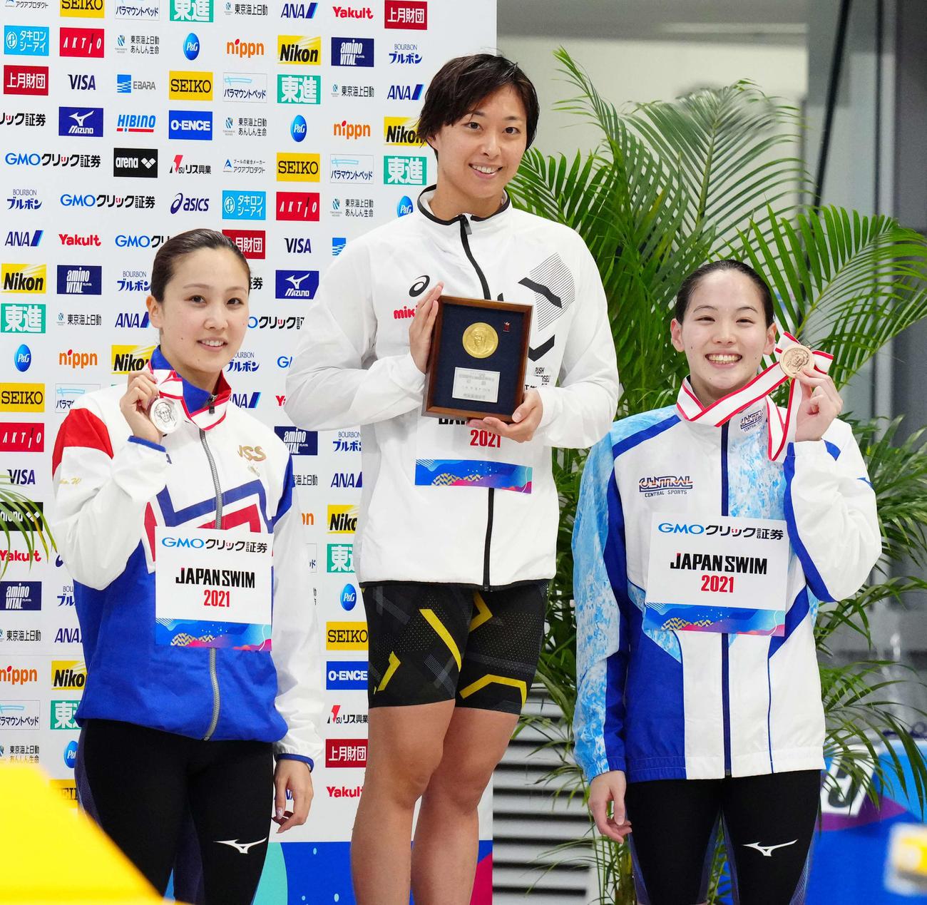 女子50メートル平泳ぎで優勝の鈴木、左は2位の渡部、右は3位の斎藤(撮影・江口和貴)