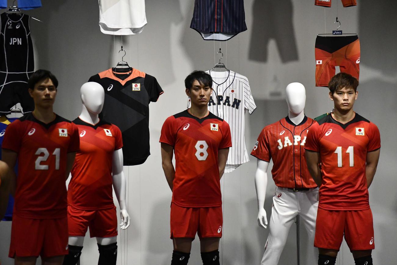 代表ユニホームを着た左から高橋藍、柳田将洋、西田有志(撮影・平山連)