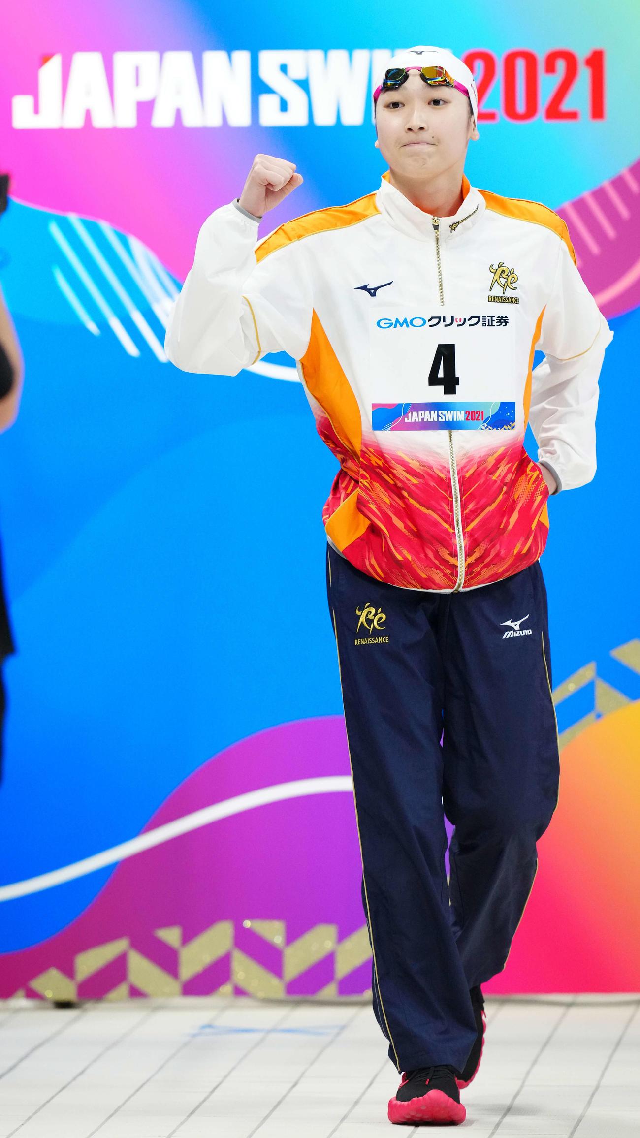 10日、日本選手権での女子50メートル自由形決勝で、入場時にガッツポーズを見せる池江璃花子